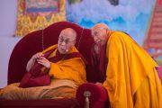 Профессор Самдонг Ринпчое переводит Его Святейшеству Далай-ламе с хинди на тибетский во время чтения отчета организаторов по окончании двухдневных учений в Молодежном буддийском обществе. Санкиса, штат Уттар-Прадеш, Индия. 1 февраля 2015 г. Фото: Тензин Чойджор (офис ЕСДЛ)