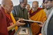 Его Святейшеству Далай-лама подносят в дар фотографии его первого визита в Санкису в 1960-м году. Санкиса, штат Уттар-Прадеш, Индия. 1 февраля 2015 г. Фото: Тензин Чойджор (офис ЕСДЛ)