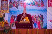 """Его Святейшество Далай-лама дарует учения по """"Дхаммападе"""" в Молодежном буддийском обществе. Санкиса, штат Уттар-Прадеш, Индия. 1 февраля 2015 г. Фото: Тензин Чойджор (офис ЕСДЛ)"""