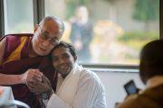 Его Святейшество Далай-лама фотографируется на память с одним из членов Молодежного буддийского общества, организовавшего его трехдневный визит в Санкису. Санкиса, штат Уттар-Прадеш, Индия. 1 февраля 2015 г. Фото: Тензин Чойджор (офис ЕСДЛ)