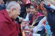 Тибетцы приветствуют Его Святейшество Далай-лама у входа в гостиницу в начале его трехдневного визита в американскую столицу. Вашингтон, округ Колумбия, США. 3 февраля 2015 г. Фото: Джереми Рассел (офис ЕСДЛ)