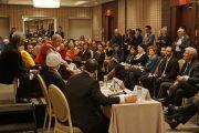"""Его Святейшество Далай-лама выступает на встрече с представителями мусульманского сообщества Соединенных Штатов, озаглавленной """"Служение в действии"""". Вашингтон, округ Колумбия, США. 3 февраля 2015 г. Фото: Джереми Рассел (офис ЕСДЛ)"""