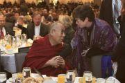 Его Святейшество Далай-лама беседует с Валери Джарретт, старшим советником Барака Обамы, на ежегодном Национальном молитвенном завтраке. Вашингтон, округ Колумбия, США. 3 февраля 2015 г. Фото: Джереми Рассел (офис ЕСДЛ)
