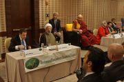"""Его Святейшество Далай-лама принимает участие во встрече с представителями мусульманского сообщества Соединенных Штатов, озаглавленной """"Служение в действии"""". Вашингтон, округ Колумбия, США. 3 февраля 2015 г. Фото: Джереми Рассел (офис ЕСДЛ)"""