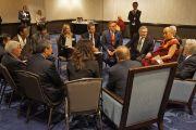 Его Святейшество Далай-лама на встрече с членами нижней палаты американского парламента и общественными деятелями, оказавшими помощь тибетскому поселению Церинг Дхонден в Раджпуре в Индии. Вашингтон, округ Колумбия, США. 3 февраля 2015 г. Фото: Джереми Рассел (офис ЕСДЛ)