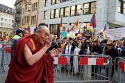 Его Святейшество Далай-лама приветствует тибетцев и своих поклонников, собравшихся у гостиницы. Базель, Швейцария. 6 февраля 2015 г. Фото: Оливье Адам.