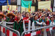 Некоторые из более тысячи тибетцев, приветствующих Его Святейшество Далай-ламу у входа в гостиницу. Базель, Швейцария. 6 февраля 2015 г. Фото: Оливье Адам.