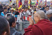У входа в гостиницу в Базеле Его Святейшество Далай-ламу приветствовали более тысячи человек. Базель, Швейцария. 6 февраля 2015 г. Фото: Оливье Адам.
