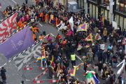 Тибетцы исполняют национальные песни и танцы в честь Его Святейшества Далай-ламы на улице возле его гостиницы. Базель, Швейцария. 6 февраля 2015 г. Фото: Оливье Адам.