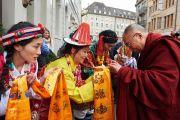 Тибетцы встречают Его Святейшество Далай-ламу у гостиницы в Базеле традиционным подношением. Базель, Швейцария. 6 февраля 2015 г. Фото: Оливье Адам.