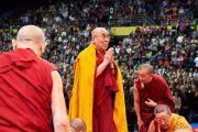 Его Святейшество Далай-лама совершает простирания перед образом Будды в начале учений. Базель, Швейцария. 7 февраля 2015 г. Фото: Оливье Адам.