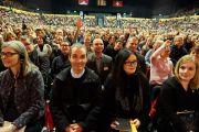 Слушатели поднимают руки в ответ на вопрос Его Святейшества Далай-ламы. Базель, Швейцария. 7 февраля 2015 г. Фото: Оливье Адам.