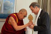 Его Святейшество Далай-лама вручает подарок президенту кантона Базель-штадт Ги Морину во время обеда с членами правительства кантона. Базель, Швейцария. 7 февраля 2015 г. Фото: Оливье Адам.