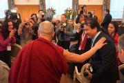 Его Святейшество Далай-лама здоровается с журналистами перед началом пресс-конференции. Базель, Швейцария. 7 февраля 2015 г. Фото: Джереми Рассел (офис ЕСДЛ).