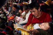 Участники учений следят за комментариями Его Святейшества Далай-ламы по текстам. Базель, Швейцария. 7 февраля 2015 г. Фото: Оливье Адам.