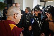 Его Святейшество Далай-лама отвечает на вопросы журналистов после перерыва на обед на арене Св. Иакова. Базель, Швейцария. 7 февраля 2015 г. Фото: Оливье Адам.