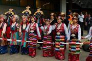 Тибетцы встречают Его Святейшество Далай-ламу национальными песнями и танцами у входа на спортивную арену Св. Иакова. Базель, Швейцария. 7 февраля 2015 г. Фото: Оливье Адам.