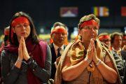Участники учений принимают посвящение Авалокитешвары от Его Святейшества Далай-ламы. Базель, Швейцария. 8 февраля 2015 г. Фото: Оливье Адам.