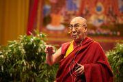 """Его Святейшество Далай-лама читает лекцию """"Светская этика в современном мире"""". Базель, Швейцария. 8 февраля 2015 г. Фото: Оливье Адам."""
