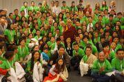 Его Святейшество Далай-лама фотографируется на память с волонтерами, помогавшими организовать и провести его визит. Базель, Швейцария. 8 февраля 2015 г. Фото: Оливье Адам.