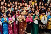 Дети исполняют песню по окончании лекции Его Святейшества Далай-ламы. Базель, Швейцария. 8 февраля 2015 г. Фото: Оливье Адам.