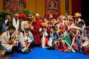 Его Святейшество Далай-лама с тибетскими музыкантами и певцами, выступавшими перед началом его публичной лекции. Базель, Швейцария. 8 февраля 2015 г. Фото: Оливье Адам.