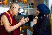 Его Святейшество Далай-лама и Аят Аль-Курмези из Бахрейна, получившая в этом году премию мира на международном студенческом фестивале в Тронхейме. Тронхейм, Норвегия. 9 февраля 2015 г. Фото: foto.samfundet.no.