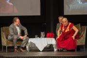 Его Святейшество Далай-лама отвечает на вопросы после своей лекции на международном студенческом фестивале в Тронхейме. Тронхейм, Норвегия. 9 февраля 2015 г. Фото: foto.samfundet.no.