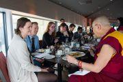 Его Святейшество Далай-лама обедает со студентами, участвующими в международном студенческом фестивале. Тронхейм, Норвегия. 9 февраля 2015 г. Фото: foto.samfundet.no.