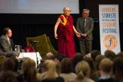 Его Святейшество Далай-лама выступает с лекцией о коррупции на международном студенческом фестивале в Тронхейме в конференц-центре Кларион. Тронхейм, Норвегия. 9 февраля 2015 г. Фото: foto.samfundet.no.