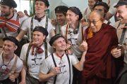 Его Святейшество Далай-лама и члены музыкальной группы, выступавшей в конференц-центре Кларион в честь его прибытия на международный студенческий фестиваль в Тронхейме. Тронхейм, Норвегия. 9 февраля 2015 г. Фото: foto.samfundet.no.