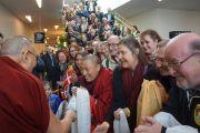 Почитатели встречают Его Святейшество Далай-ламу в гостинице. Копенгаген, Дания. 10 февраля 2015 г. Фото: Джереми Рассел (офис ЕСДЛ.