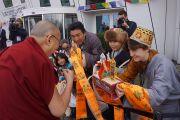 Тибетцы встречают Его Святейшество Далай-лама традиционными подношениями возле гостиницы в Копенгагене. Копенгаген, Дания. 10 февраля 2015 г. Фото: Джереми Рассел (офис ЕСДЛ).