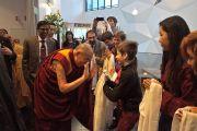 Его Святейшество Далай-лама прощается со своими почитателями, покидая гостиницу в Тронхейме, чтобы отправиться в Копенгаген. Тронхейм, Норвегия. 10 февраля 2015 г. Фото: Джереми Рассел (офис ЕСДЛ).