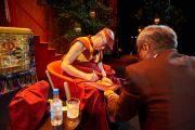 """Его Святейшество Далай-лама раздает автографы после лекции в конференц-центре """"Белла"""". Дания, Копенгаген. 11 февраля 2015 г. Фото: Оливье Адам."""