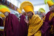 Старшие монахи ожидают прибытия Его Святейшества Далай-ламы в храм, где будет проходить молебен о его долголетии. Дхарамсала, Индия. 24 февраля 2015 г. Фото: Тензин Чойджор (офис ЕСДЛ)