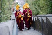 Монахи игрой на традиционных инструментах возвещают прибытие Его Святейшества Далай-ламы в храм, где будет проходить молебен о его долголетии. Дхарамсала, Индия. 24 февраля 2015 г. Фото: Тензин Чойджор (офис ЕСДЛ)