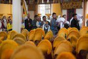 Бывшие члены монастыря Намгьял ждут своей очереди совершить подношения Его Святейшеству Далай-ламе во время молебна о его долголетии. Дхарамсала, Индия. 24 февраля 2015 г. Фото: Тензин Чойджор (офис ЕСДЛ)