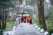 Его Святейшество Далай-лама направляется из своей резиденции в храм, где монахи монастыря Намгьял будут совершать молебен о его долголетии. Дхарамсала, Индия. 24 февраля 2015 г. Фото: Тензин Чойджор (офис ЕСДЛ)