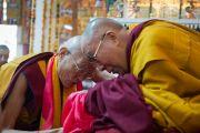 Его Святейшество Далай-лама и один из старших монахов монастыря Намгьял во время подношения пуджи долгой жизни. Дхарамсала, Индия. 24 февраля 2015 г. Фото: Тензин Чойджор (офис ЕСДЛ)