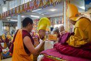 Настоятель монастыря Намгьял совершает традиционное подношение Его Святейшеству Далай-ламе во время молебна о его долголетии. Дхарамсала, Индия. 24 февраля 2015 г. Фото: Тензин Чойджор (офис ЕСДЛ)