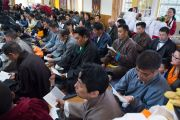 Бывшие члены монастыря Намгьял читают молитвы во время подношения пуджи долгой жизни Его Святейшеству Далай-ламе. Дхарамсала, Индия. 24 февраля 2015 г. Фото: Тензин Чойджор (офис ЕСДЛ)