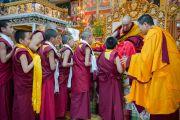 Его Святейшество Далай-лама и молодые монахи монастыря Намгьял во время подношения пуджи долгой жизни. Дхарамсала, Индия. 24 февраля 2015 г. Фото: Тензин Чойджор (офис ЕСДЛ)