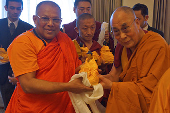 Далай-лама побеседовал с монахами из Шри-Ланки и встретился с американскими дипломатами