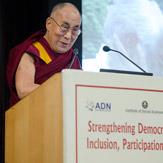 Далай-лама выступил на конференции, посвященной укреплению демократии в Азии, и встретился с членами клуба Джимкхана