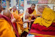 По окончании церемонии Его Святейшество Далай-лама вручает каждому вновь посвященному монаху небольшую статуэтку Будды. Дхарамсала, Индия. 3 марта 2015 г. Фото: Тензин Чойджор (офис ЕСДЛ)