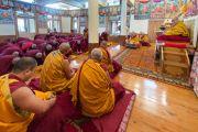 Кандидаты в монахи совершают простирания перед Его Святейшеством Далай-ламой в начале церемонии посвящений. Дхарамсала, Индия. 3 марта 2015 г. Фото: Тензин Чойджор (офис ЕСДЛ)