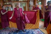 Новичку помогают облачиться в монашеские одеяния во время церемонии посвящения в монахи. Дхарамсала, Индия. 3 марта 2015 г. Фото: Тензин Чойджор (офис ЕСДЛ)