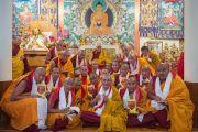 Его Святейшество Далай-лама фотографируется на память с монахами, только что получившими от него монашеские обеты. Дхарамсала, Индия. 3 марта 2015 г. Фото: Тензин Чойджор (офис ЕСДЛ)