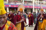 Его Святейшество Далай-лама покидает главный тибетский храм после молебна о его долголетии. Дхарамсала, Индия. 4 марта 2015 г. Фото: Тензин Чойджор (офис ЕСДЛ)